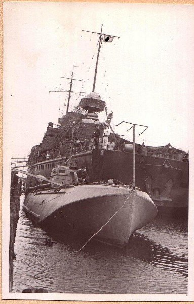 Captured G-5 boat in front of Tender (Tsingtau/L&uuml;deritz/Peters?). Source and more pics see <a href=&#034;http://forum-marinearchiv.de/smf/index.php/topic,12293.0.html&#034; target=&#034;_blank&#034;>http://forum-marinearchiv.de/smf/index.php/topic,12293.0.html</a>
